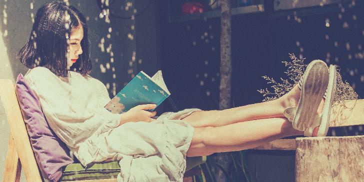 読書にふける女性