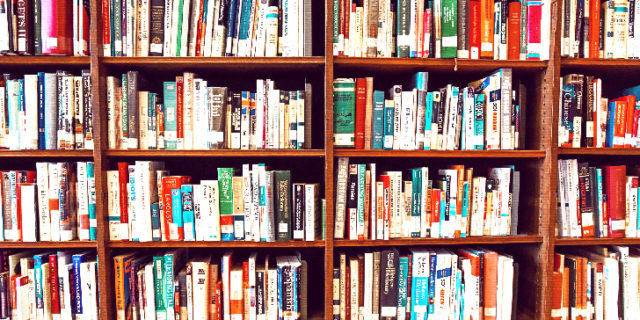 沢山の本のある本棚