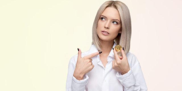 お金を示す女性
