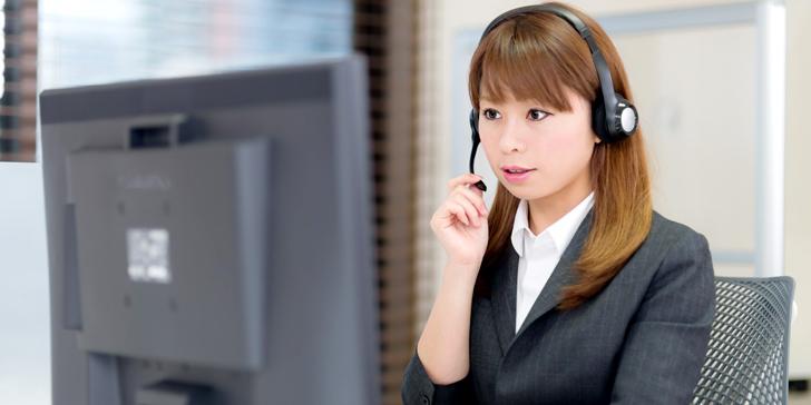 電話で話をする女性オペレーター