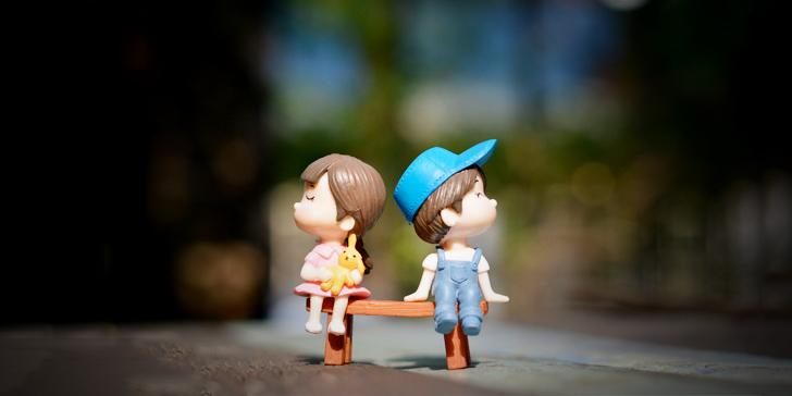 ケンカする男女の人形