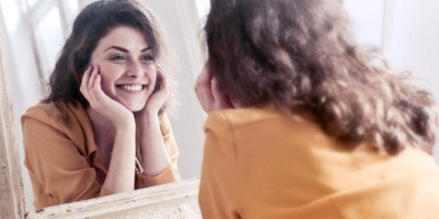 鏡に微笑む女性