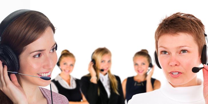 電話応対をする白人の女性たち