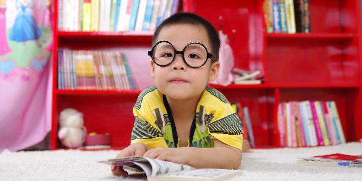読書が好きそうな丸メガネの少年