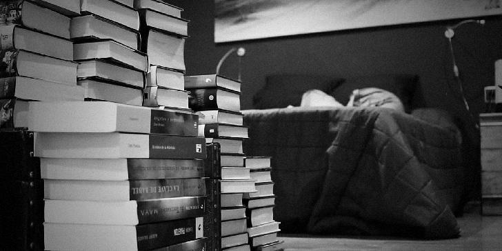 本がたくさん積まれている様子