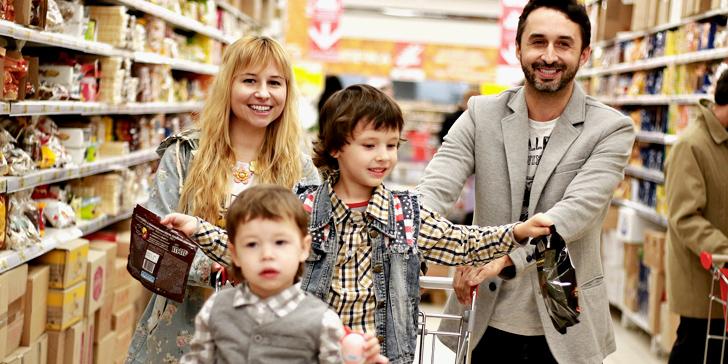 買い物をすることで笑顔になっている家族